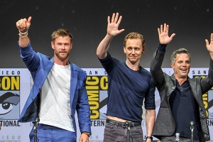Chris-Hemsworth-Tom-Hiddleston-Mark-Ruffalo-SDCC-2017-photo-by-Kendall-Whitehouse-600x400.jpg