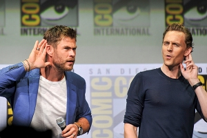 Chris-Hemsworth-Tom-Hiddleston-SDCC-2017-photo-by-Kendall-Whitehouse-600x400